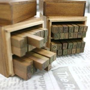 caja sellos abecedario M1