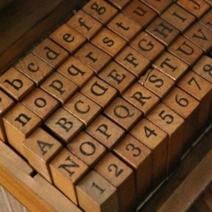 Caja sellos abecedario 70 piezas